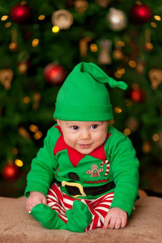niño-disfrazado-paje-navidad-arbol